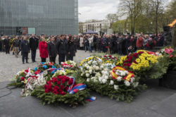 74. rocznica wybuchu powstania w getcie warszawskim – Nowoczesna złożyła kwiaty przed Pomnikiem Bohaterów Getta w Warszawie