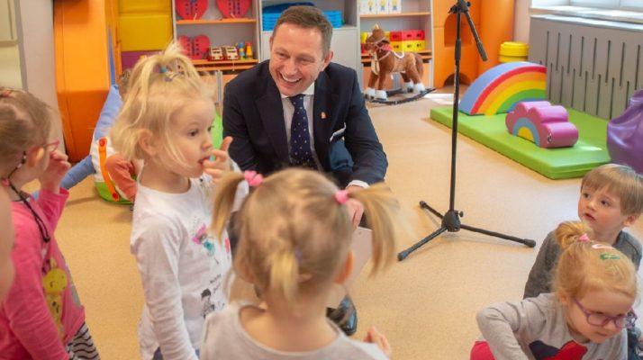 Wiceprezydent Paweł Rabiej o stołecznym programie rozwoju żłobków.